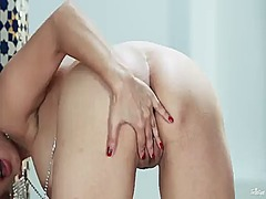 Sultry doll sunny leone strips down t...